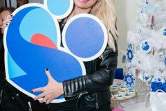 Ελένη Μενεγάκη με το λογότυπο του Συλλόγου ΟΡΑΜΑ ΕΛΠΙΔΑΣ
