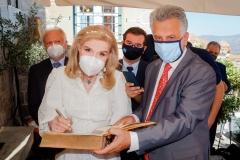Η Μαριάννα Β. Βαρδινογιάννη υπογράφει το βιβλίο επισκεπτών του Δημαρχείου