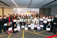 Η Μαριάννα Β. Βαρδινογιάννη και τα μέλη της Κριτικής Επιτροπής με τα παιδιά τα έργα των οποίων διακρίθηκαν στον Διαγωνισμό Ζωγραφικής