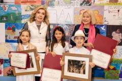 Μαριάννα Β. Βαρδινογιάννη και Shanna Ingram Παπαδήμου με τους νικητές της κατηγορίας Α' και Β΄ Δημοτικού