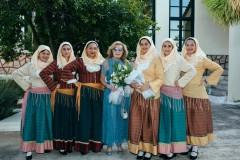 Η Μαριάννα Β. Βαρδινογιάννη με κορίτσια από την Ερμιόνη που την υποδέχτηκαν στο Δημαρχείο