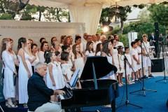 H Χορωδία του Μουσικού Συλλόγου Ερμιόνης, μαζί με μαθητές του Δημοτικού Σχολείου Ερμιόνης έκλεισαν μουσικά την εκδήλωση
