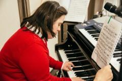 Η Όλγα Δασουρά έπαιξε πιάνο και αφιέρωσε το κομμάτι στην Μαριάννα Β. Βαρδινογιάννη