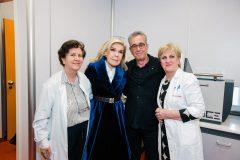 """Η Μαριάννα Β. Βαρδινογιάννη με γιατρούς της Ογκολογικής Μονάδας Παίδων """"Μαριάννα Β. Βαρδινογιάννη - ΕΛΠΙΔΑ"""""""