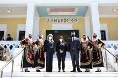 Ο Δήμαρχος Σαλαμίνας Γιώργος Παναγόπουλος υποδέχεται την Πρόεδρο της Δημοκρατίας και την κυρία Μαριάννα Βαρδινογιάννη στο Δημαρχείο Σαλαμίνας