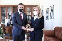 Ο Δήμαρχος Σαλαμίνας δωρίζει συμβολικά ένα κλαδί ελιάς στην Μαριάννα Βαρδινογιάννη