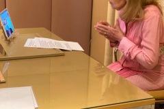 Η Μαριάννα Β. Βαρδινογιάννη κατά τη συνομιλία της με τους εργαζομένους του Νοσοκομείου