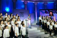 """Η Σοφία Μανουσάκη τραγουδάει με την παιδική χορωδία """"Μανώλης Καλομοίρης"""""""