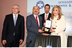 """Η κ. Μαριάννα Β. Βαρδινογιάννη προσφέρει στον Τούρκο Υπουργό Υγείας την τιμητική πλακέτα της """"ΕΛΠΙΔΑΣ"""""""