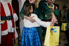 Η Μαριάννα Β. Βαρδινογιάννη μοίρασε δώρα σε όλα τα παιδιά