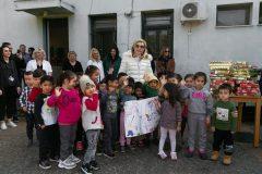 Η Μαριάννα Β. Βαρδινογιάννη με τα παιδιά που φιλοξενούνται στην Ανοιχτή Δομή Προσωρινής Υποδοχής Σχιστού