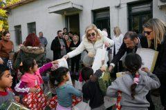 Η Μαριάννα Β. Βαρδινογιάννη μοιράζει δώρα στα παιδιά