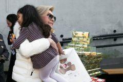 Η Μαριάννα Β. Βαρδινογιάννη αγκαλιάζει την μικρή Άζια