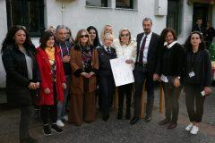 """Η Μαριάννα Β. Βαρδινογιάννη με τους υπεύθυνους της Ανοιχτής Δομής Προσωρινής Υποδοχής Σχιστού και τον Διοικητή των Νοσοκομείων Παίδων """"Η ΑΓΙΑ ΣΟΦΙΑ"""" και """"Π.&Α. ΚΥΡΙΑΚΟΥ"""" Μανώλη Παπασάββα"""