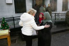 Η Μαριάννα Β. Βαρδινογιάννη με μια μητέρα από τη Συρία