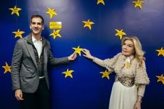 Ο Κώστας Μπακογιάννης και η Μαριάννα Β. Βαρδινογιάννη τοποθετούν το αστέρι στον «Τοίχο των Αστεριών της ΕΛΠΙΔΑΣ»