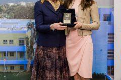 Η Μαριάννα Β. Βαρδινογιάννη απονέμει στην Ariana Rockefeller την Τιμητική Πλακέτα της ΕΛΠΙΔΑΣ