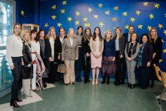 Η  Μαριάννα Β. Βαρδινογιάννη και η  Ariana Rockefeller με μέλη του ΔΣ των Συλλόγων ΕΛΠΙΔΑ και ΟΡΑΜΑ ΕΛΠΙΔΑΣ, και μέλη του Elpida Youth