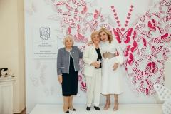 Η Μαριάννα Β. Βαρδινογιάννη και η Μαρία Γιαννίρη με την μητέρα του Στέλιου Κυμπουρόπουλου, Μιρέλλα