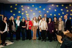 Μαριάννα Β. Βαρδινογιάννη και Μαρινέλλα πλαισιωμένες από μέλη των ΔΣ των Συλλόγων ΕΛΠΙΔΑ και ΟΡΑΜΑ ΕΛΠΙΔΑΣ