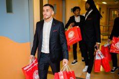 Χαμόγελα και δώρα στα παιδιά προσέφεραν οι παίκτες του Ολυμπιακού