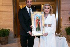 Ο Διοικητής των Νοσοκομείων Παίδων κύριος Μανώλης Παπασάββας προσφέρει στην Μαριάννα Β. Βαρδινογιάννη την εικόνα της Αγίας Άννας