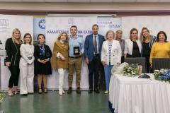 """Μαριάννα Β. Βαρδινογιάννη και Μιχάλης Χατζηγιάννης με μέλη των  ΔΣ των Συλλόγων """"ΕΛΠΙΔΑ"""" και """"ΟΡΑΜΑ ΕΛΠΙΔΑΣ"""""""