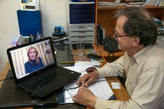 O  Διευθυντής του Εκκλησιαστικού Ορφανοτροφείου Βουλιαγμένης Απόστολος Κουρουμιχάκης  κατά τη διάρκεια του skype