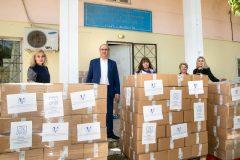 """Ο Δήμαρχος Κηφισιάς και το επιτελείο του παραλαμβάνουν τα δέματα αγάπης από το Ίδρυμα """"Μαριάννα Β. Βαρδινογιάννη"""" και την """"ΕΛΠΙΔΑ"""""""