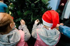 Τα παιδιά της Μονάδας στολίζουν το Δέντρο των Ευχών