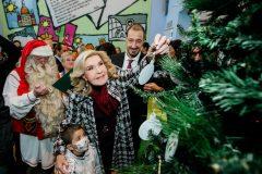 Η Μαριάννα Β. Βαρδινογιάννη μαζί με ένα από τα παιδιά της Μονάδας τοποθετεί το πρώτο στολίδι στο Δέντρο των Ευχών