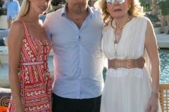 Η Μαριάννα Β. Βαρδινογιάννη με τον Χάρη και την Έμιλυ Βαφεια