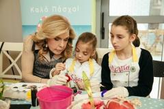 Η Μαριάννα Β. Βαρδινογιάννη με τις μικρές Σίσσυ και Μελίτα