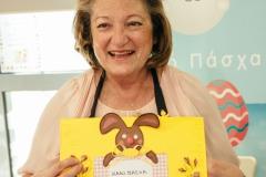 Η κυρία Σίσσυ Παυλοπούλου με την κάρτα που της προσέφεραν τα παιδιά