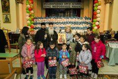 Η Μαριάννα Β. Βαρδινογιάννη και ο Μητροπολίτης Νικαίας πλαισιωμένοι από παιδιά της ενορίας