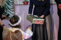 Προσφέροντας δώρα στα παιδιά