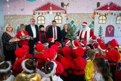 Όμορφα χριστουγεννιάτικα δώρα προσέφεραν στην κυρία Βαρδινογιάννη οι μαθητές του παιδικού σταθμού