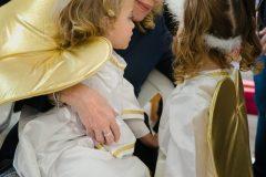 Με δύο μικρές μαθήτριες του παιδικού σταθμού Άνω Λιοσίων