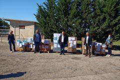 Ο Δήμαρχος Ερμιονίδας Γιάννης Γεωργόπουλος μαζί με τους συνεργάτές του παραλαμβάνουν τα δέματα με το υγειονομικό υλικό και τα τρόφιμα