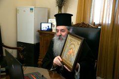 Ο Μητροπολίτης Πειραιώς Σεραφείμ προσφέρει μια εικόνα στην Μαριάννα Β. Βαρδινογιάννη