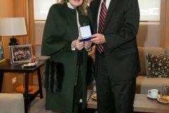 Η Μαριάννα Β. Βαρδινογιάννη απονέμει στον Καθηγητή Donald Small, Διευθυντή του Τμήματος Παιδιατρικής Ογκολογίας της Ιατρικής Σχολής του Πανεπιστημίου Johns Hopkins το μετάλλιο υποστηρικτή της ΕΛΠΙΔΑΣ