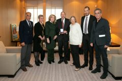 """Η Μαριάννα Β. Βαρδινογιάννη και ο Καθηγητής Donald Small με μέλη του ιατρικού και νοσηλευτικού προσωπικού της Ογκολογικής  Μονάδας Παίδων «Μαριάννα Β. Βαρδινογιάννη – ΕΛΠΙΔΑ» και μέλη των ΔΣ των Συλλόγων """"ΕΛΠΙΔΑ"""" και """"ΟΡΑΜΑ ΕΛΠΙΔΑΣ"""""""