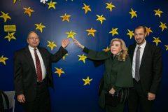 Donald Small, Μαριάννα Β. Βαρδινογιάννη και Μανώλης Παπασάββας τοποθετούν στον Τοίχο των Αστεριών της ΕΛΠΙΔΑΣ το αστέρι του Νοσοκομείου JOHNS HOPKINS