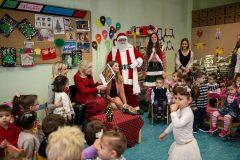 Η Μαριάννα Β. Βαρδινογιάννη διαβάζει στα παιδιά ένα παραμύθι
