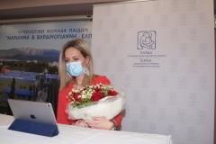 Η Αναστασία Βαρδουλάκη προσφέρει μια ανθοδέσμη στην Μαριάννα Β. Βαρδινογιάννη