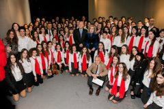 Ομαδική φωτογραφία της Μαριάννας Β. Βαρδινογιάννη με τους μαθητές του Κολλεγίου
