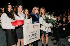 Μαθήτριες του Κολλεγίου προσφέρουν στην Μαριάννα Β. Βαρδινογιάννη αναμνηστικό συμβολικό δώρο