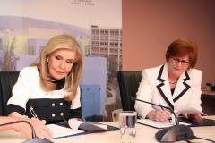 Η κυρία Μαριάννα Β. Βαρδινογιάννη και η κυρία Cathy Seguin υπογράφουν το μνημόνιο