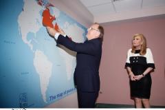 Ο Πρέσβυς του Καναδά, κύριος Robert Peck, τοποθετεί στον «Χάρτη Ειρήνης και Φιλίας» τη σημαία του Καναδά