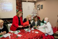 Τα παιδιά της Μονάδας προσφέρουν χειροτεχνίες στις κυρίες Βαρδινογιάννη και Παυλοπούλου